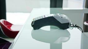 Bewegliche Zahlung mit einer Kreditkarte stock footage