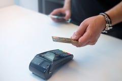 Bewegliche Zahlung PayPass auf weißem background stockfotos