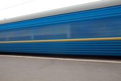 Beweglicher blauer Zug an der Plattform Lizenzfreies Stockbild