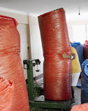 Beweglicher großer Sack der Arbeitskraft voll der Koka verlässt bei Coca Leaves Depot in Chulumani Lizenzfreies Stockbild