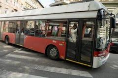 Beweglicher Oberleitungsbus mit Leuten/Passagieren lizenzfreie stockbilder