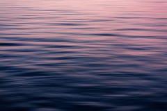Beweglicher Pan Blur des Ozeans bei Sonnenuntergang Stockfoto