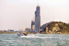 Beweglicher schneller naher Strand des Schnellboots lizenzfreie stockfotografie
