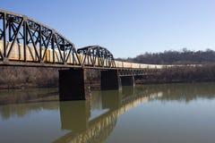 Beweglicher Zug auf Eisenbahn-Brücke auf Montag-Fluss Lizenzfreies Stockfoto