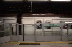 Beweglicher Zug auf Plattform Hong Kongs MTR Lizenzfreie Stockbilder