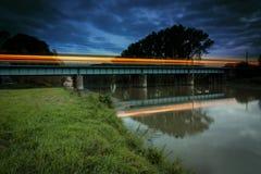 Beweglicher Zug der Lichter Stockfotos