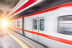 Beweglicher Zug in der U-Bahnstation Lizenzfreie Stockfotografie