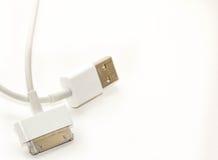Bewegliches Aufladungskabel weißer Draht usb Adapter mit 2 steckern des unterschiedlichen Mobiltelefons lokalisierte der Aufladun Lizenzfreie Stockfotos