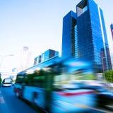 Bewegliches Auto mit Unschärfenleuchte durch Stadt Stockfotografie