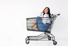 Bewegliches Einkaufen des asiatischen Mädchengebrauches mit Einkaufswagen lizenzfreie stockbilder