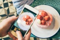 Bewegliches Foto des Erdbeerkuchens für Lebensmittel Blogger Stockbilder