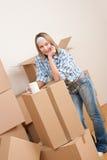 Bewegliches Haus: Frau mit Kasten im neuen Haus stockfotos