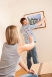 Bewegliches Haus: Hängende Abbildung der Paare auf Wand Stockbild