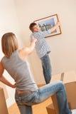 Bewegliches Haus: Hängende Abbildung der Paare auf Wand Stockfoto