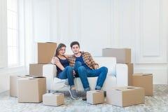 Bewegliches Haus und Reparatur eines neuen Lebens Paar in der Liebe zieht Sache Stockfotos
