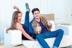 Bewegliches Haus und Reparatur eines neuen Lebens Paar in der Liebe zieht Sache Stockbild