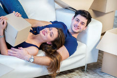 Bewegliches Haus und Reparatur eines neuen Lebens Paar in der Liebe zieht Sache Lizenzfreies Stockbild