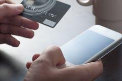 Bewegliches on-line-Einkaufen lizenzfreie stockfotos