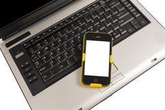 Bewegliches Smartphone auf Computer-Geschäfts-Konzept Stockfoto