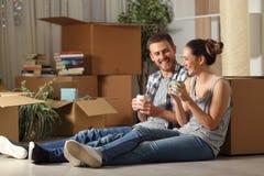 Bewegliches stillstehendes und sprechendes Haus des glücklichen Paars stockbild