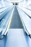 Bewegliches Treppenhaus im modernen Geschäftszentrum Lizenzfreie Stockfotos