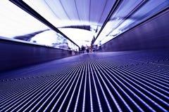 Bewegliches violettes travolator im Flughafen Stockbilder