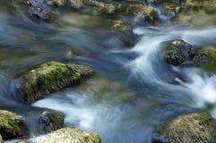 Bewegliches Wasser des Flusses Stockfotos