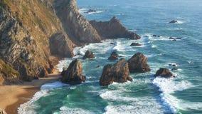 Bewegt Ozeanklippenfelsen wellenartig stock footage