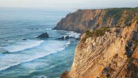 Bewegt Ozeanklippenfelsen wellenartig stock video