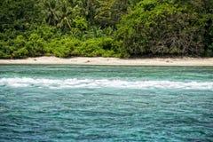 Bewegt tropische Paradiesinsel Siladen-Türkises auf das Riff wellenartig Lizenzfreies Stockfoto