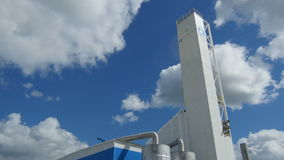 Bewegung auf und ab entlang modernem Betriebsgebäude gegen blauen Himmel stock video