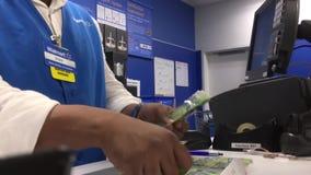 Bewegung der Arbeitskraft Geld am Kundendienstzähler zählend stock footage