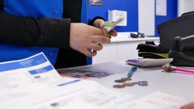 Bewegung der Arbeitskraft Geld am Kundendienstzähler zählend stock video
