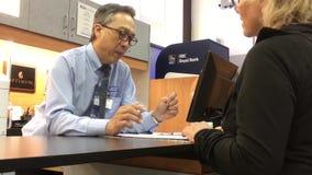 Bewegung der Arbeitskraft Plan für Kunden erklärend während sie kaufende Kfz-Versicherung stock footage