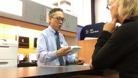 Bewegung der Arbeitskraft Plan für Kunden erklärend während sie kaufende Kfz-Versicherung stock video footage