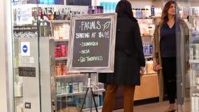 Bewegung der Einkaufskosmetik der Leute innerhalb Burnaby-Einkaufszentrums stock footage