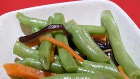 Bewegung der grünen Bohne auf Tabelle innerhalb des chinesischen Restaurants stock video footage