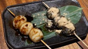 Bewegung der japanischen Art grillte dango Grill und Soße des indischen Sesams auf Tabelle stock video footage
