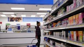 Bewegung der kaufenden Biokost der Leute am Apothekenabschnitt stock video footage