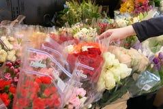 Bewegung der kaufenden Blume der Leute innerhalb des intelligenten Speichers des Preises Nahrungsmittel Stockfotos