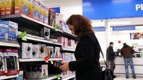 Bewegung der kaufenden Heizungsauflage der Leute am Apothekenabschnitt stock video