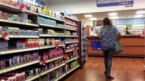 Bewegung der kaufenden Medizin der Leute am Apothekenabschnitt stock video footage