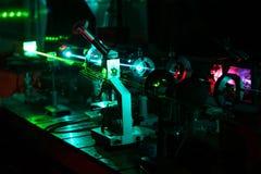 Bewegung der Mikroteilchen durch Lichtstrahlen von Laser Stockbild