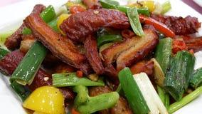 Bewegung des Aufruhrfischrogenfleisches mit Dampf auf Tabelle innerhalb des Restaurants stock video footage