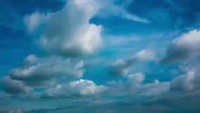 Bewegung des blauen Himmels der Naturlandschaftsszene zum bewölkten Himmel vor Regen stock video
