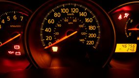 Bewegung des dunklen Armaturenbrettes im Auto