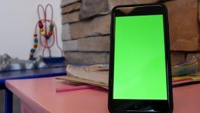 Bewegung des grünen Schirmtelefons für Ihre Anzeige auf Tabelle stock video