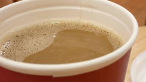 Bewegung des heißen Kaffees auf Tabelle am Gastronomiebereich innerhalb des Einkaufszentrums stock footage