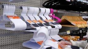 Bewegung des kaufenden Aufhängers der Leute innerhalb Walmart-Speichers stock footage