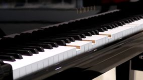 Bewegung des KlavierSelbstspielens mit dem Unschärfeleuteeinkauf stock footage